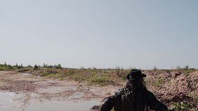 Mörder in einem schwarzen Mantel und mit einem Messer in seiner Hand, die jemand durch die Wüste nachläuft stock video