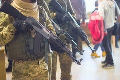 Mörder oder Terroristen verwenden Gewehre, Entführer und heftige Gefangene für Geisel Stockbilder