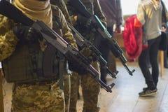 Mörder oder Terroristen verwenden Gewehre, Entführer und heftige Gefangene für Geisel Lizenzfreie Stockfotos