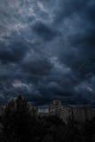 Mörk apokalyptisk sikt av en stad Arkivbilder
