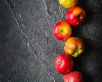 Mörk bakgrund för höst eller ram av stupade gulingsidor och mogna röda äpplen Ram för text eller foto Tillämpbart för Fotografering för Bildbyråer