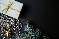 Mörk bakgrund för jul eller för nytt år, Xmas-svartbräde som inramas med säsonggarneringar Arkivbilder