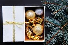 Mörk bakgrund för jul eller för nytt år, Xmas-svartbräde som inramas med säsonggarneringar Arkivfoto