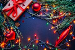 Mörk bakgrund för jul eller för nytt år, Xmas-svartbräde som inramas med säsonggarneringar Fotografering för Bildbyråer