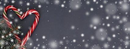 Mörk bakgrund för jul med julgodisen, granfilial, bästa sikt snowflakes Baner Arkivfoton