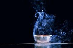 Mörk bakgrund för kinesisk för svart te rök för kopp inget royaltyfri foto