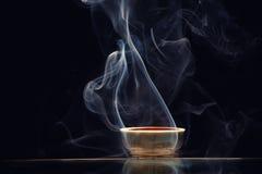 Mörk bakgrund för kinesisk för svart te rök för kopp inget arkivbilder