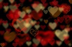 Mörk bakgrund med hjärtor Arkivfoto