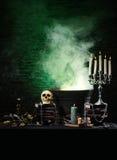 Mörk bakgrund med stearinljus och en mänsklig skalle Royaltyfria Foton