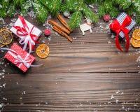mörk bakgrundsjul Gåvor och lyckönskan på det nya året familjmöte Arkivfoto