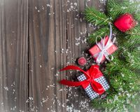 mörk bakgrundsjul Gåvor och lyckönskan på det nya året familjmöte Royaltyfria Bilder