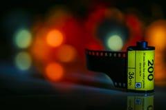 Mörk bakgrundssuddighetsbokeh av festligt färgrikt ljus i klickar av cirklar med kamerafilmnegationen royaltyfria foton