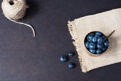 Mörk bild för nya blåbär med kopieringsutrymme på vänstersida Nya frukter, bär i en gammal kopparkopp, bunke Mörker utformat mate royaltyfri fotografi