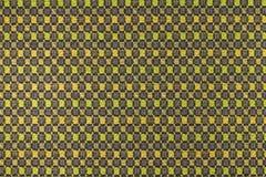 Mörk brunt, gräsplan, gul bakgrund med geometriska modeller Arkivfoton