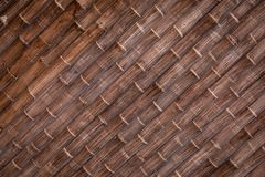 Mörk brunt marmorerar tegelplattor med linjer och modeller i form av bambuträd arkivbild