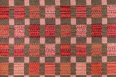 Mörk brunt och röd bakgrund med geometriska modeller Arkivbild