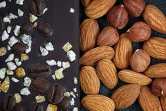 Mörk choklad med kaffebönor, frukt och med mandlar Prepar Arkivbild