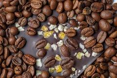 Mörk choklad med kaffekorn och frukter Förberett för världschokladdagen Royaltyfria Bilder