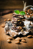 Mörk choklad med muttrar, mintkaramellsidor, mandlar Royaltyfri Fotografi