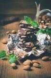 Mörk choklad med muttrar, mintkaramellsidor, mandlar Arkivbilder