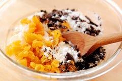 Mörk choklad med smet för torkade aprikors Fotografering för Bildbyråer