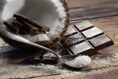 Mörk choklad och kokosnöt Arkivbild