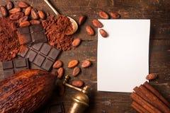 Mörk choklad på trätabellen royaltyfri foto