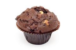 Mörk chokladmuffin som isoleras på vit Arkivfoton