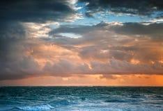 Mörk färgrik soluppgånghimmel över Atlantic Ocean Arkivbild