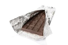mörk folie för stångchoklad inom tin Arkivbild