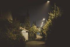 Mörk gränd på natten royaltyfri fotografi