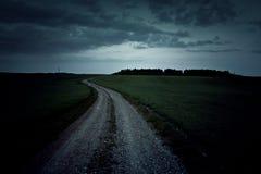 Mörk grusväg på natten Royaltyfria Foton