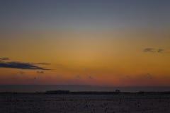 Mörk härlig himmel Solnedgång Sun Snabba sväva moln frostig solnedgång för verklig vinter i fältet Arkivbilder