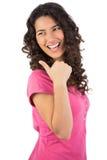 Mörk haired barnmodell som poserar upp tummen Royaltyfria Bilder