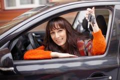 Mörk haired kvinna med biltangenter Arkivbilder