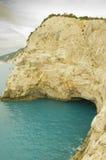 Mörk havsgrotta under klippor i Grekland Arkivfoton