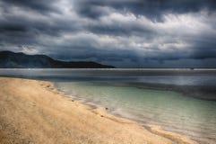 Mörk himmel över havet, den lilla ön av GILI Indonesia Av det indiska havet Fotografering för Bildbyråer