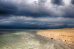 Mörk himmel över havet, den lilla ön av GILI Indonesia Av det indiska havet Arkivfoton