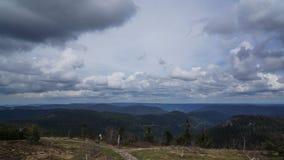 Mörk himmel och bana till och med hed för svart skog arkivfoto