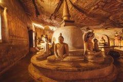 Mörk inre av den 1st för århundrade grottatemplet F. KR. med sammanträde och det målade taket för meditera Gautama Buddha och Royaltyfria Foton