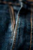 Mörk jeans stänger sig upp blixtlåsmakrogrov bomullstvill Royaltyfria Bilder