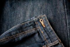 Mörk jeans stänger sig upp blixtlåsmakrogrov bomullstvill Royaltyfri Bild