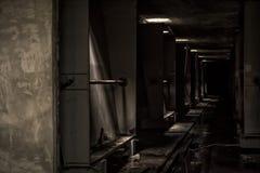 Mörk korridor i övergiven fabrik Arkivfoton