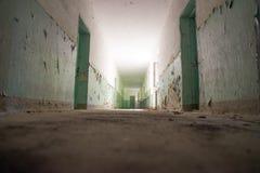 Mörk korridor, ljus och skugga, mystiskt ställe fotografering för bildbyråer