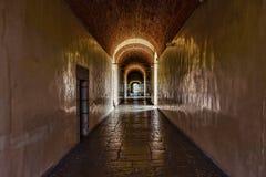 Mörk korridor med gränsen - gula väggar i en gammal slott arkivfoto