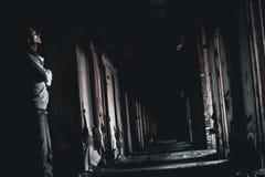 Mörk korridor och mannen Arkivbilder