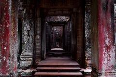 Mörk korridorpassage i den Angkor templet royaltyfri foto