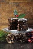 Mörk kryddig rik julfruktkaka Arkivbild