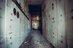 Mörk kuslig korridor i övergiven kärnkraftverk Första personsikt, smutsig grungetunnel i förstörd byggnad, fasaflykt arkivbild