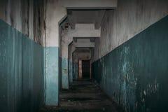 Mörk kuslig korridor i läskig övergiven byggnad, fasaatmosfär arkivfoton